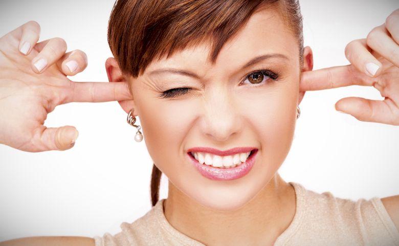 Почему чешутся уши и что с этим делать