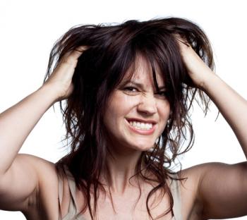 Заметка о том, почему чешется голова когда грязные волосы? Если долго не мыть голову, то голова начинает чесаться по двум причинам: 1. Отмершие частички кожи головы начинают разлагаться и вызывают зуд. 2. На голове и волосах скапливается кожное сало, что ведет к размножению различных бактерий вызывающих зуд. Сало вырабатывают железы, которые находятся у корней волос. Кожное сало необходимо, так как благодаря ему волосы становятся здоровыми и гладкими. Но, если долго не мыть голову, грязь и отмершая кожа мешают нормальному выделению сала, оно скапливается и способствует зуду. Какие проблемы может вызвать немытая голова? Если голова грязная долгое время, то у вас могут завестись вши, укусы которых будут вызывать сильный зуд и неприятные ощущения. Помимо вшей можно заработать себорейный дерматит (перхоть). На грязной голове легко может появиться грибковое поражение кожи лишай.